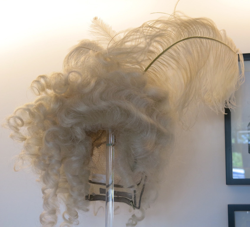 Platee feathered wig