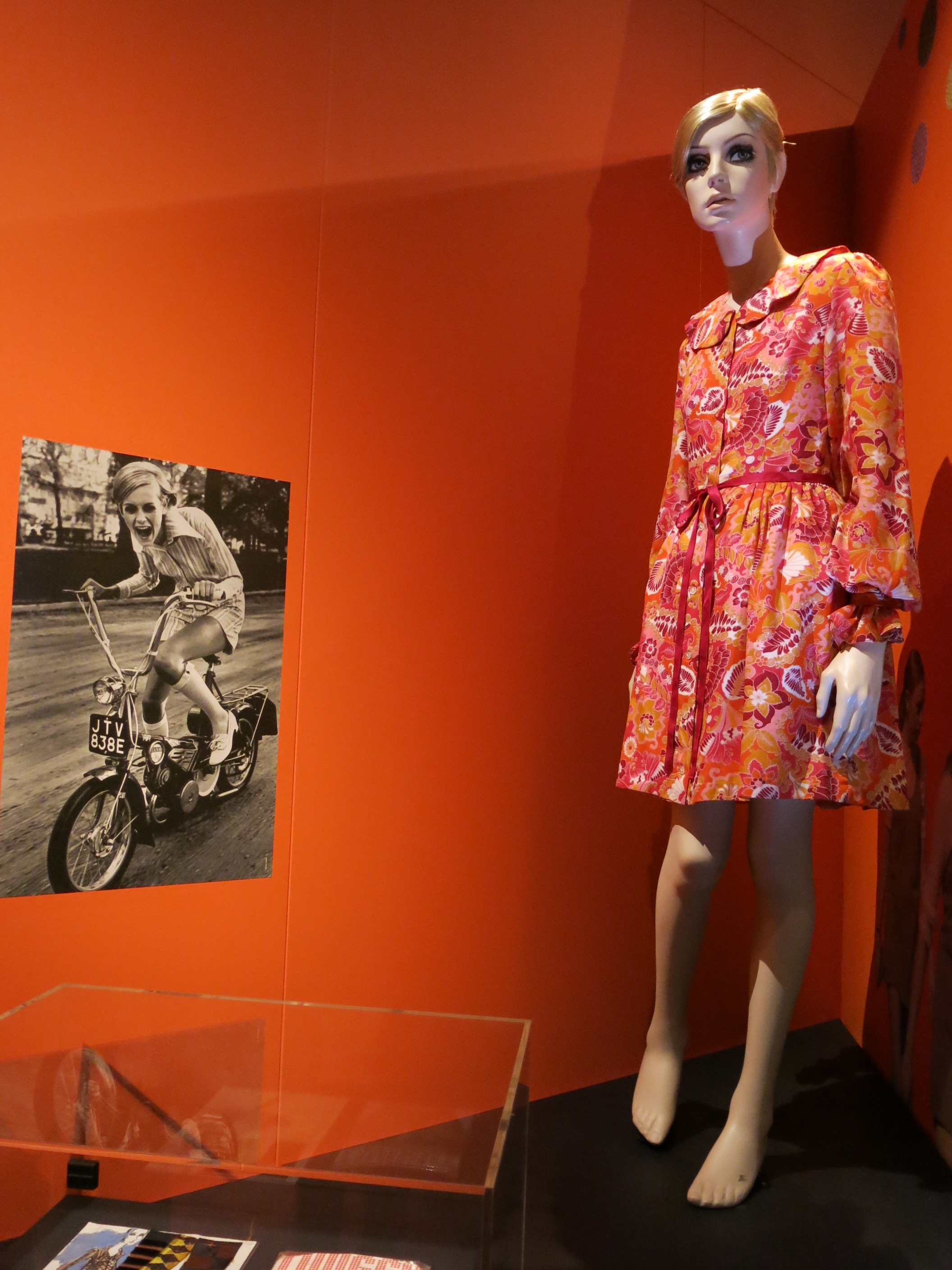 twiggy-mannequin-and-mini-dress-with-twiggy-poster